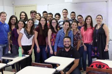 Alunos e professores que participaram do curso e o palestrante (agachado na foto)